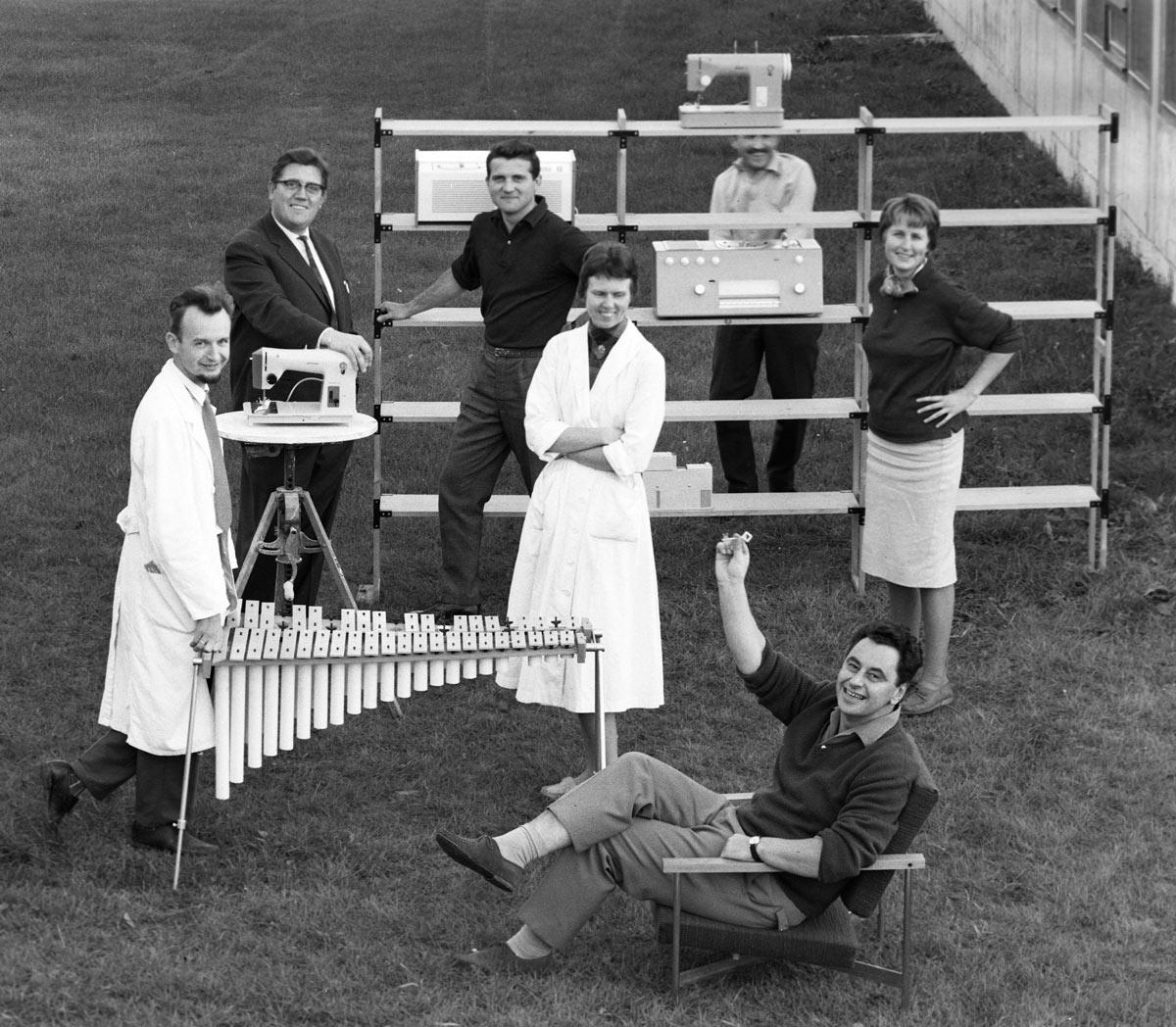 1200_Hans-Gugelot-(sitzend)-mit-seiner-Entwicklungsgruppe-an-der-Hochschule-für-Gestaltung-Ulm,-1960.-Foto-Wolfgang-Siol,-©-HfG-ArchivMuse-um-Ulm